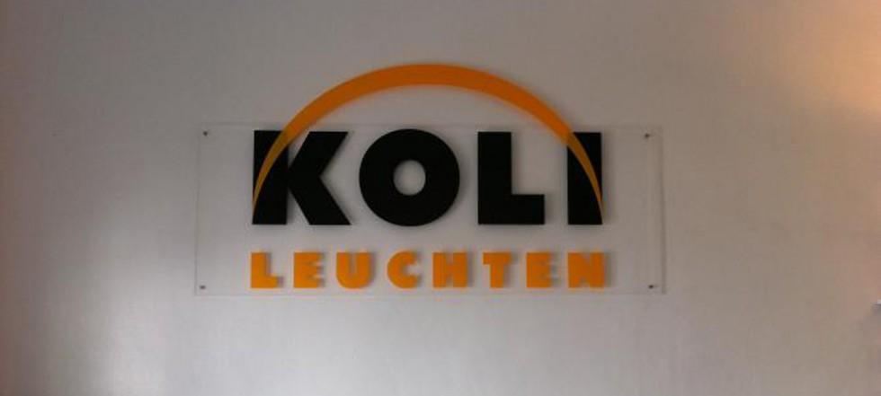 Logo Koli Leuchten auf Acrylschild Innenbereich